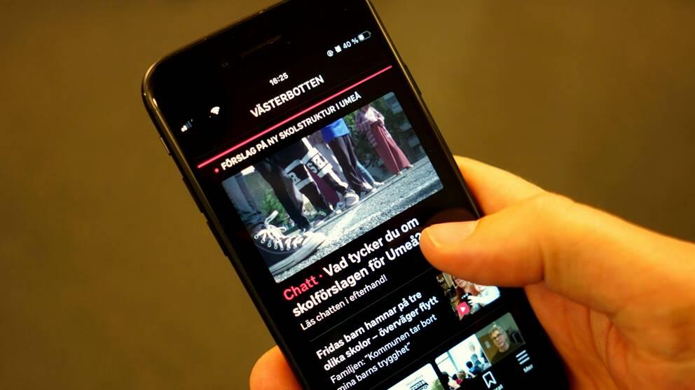 En mobiltelefon som visar SVT Nyheters App