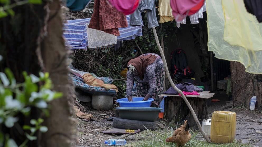 Coronapandemin förvärrar en redan ansträngd situation i många länder. Bilden visar en kvinna som tvättar kläder utanför det tält hon delar med sin familj utanför Addis Abeba i Etiopien.