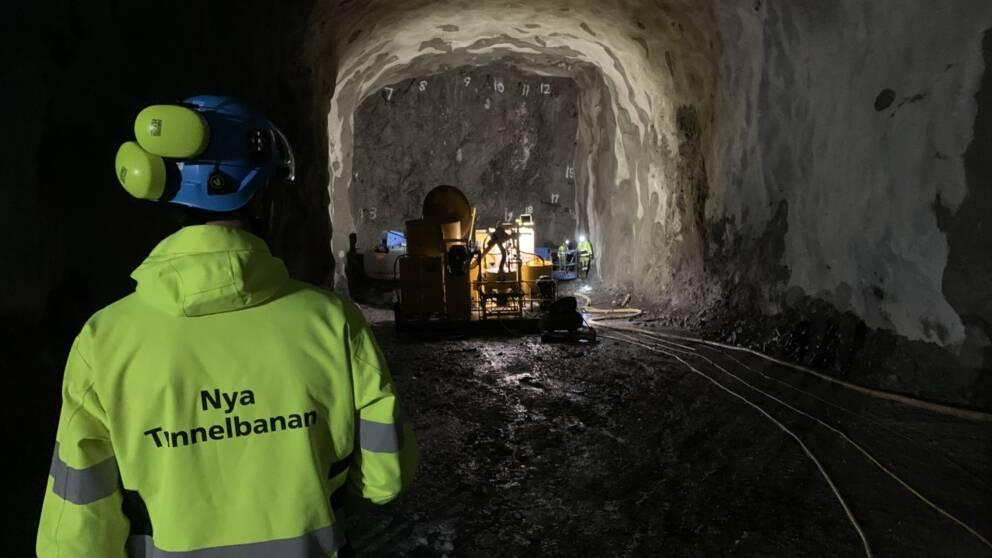 I videon får du följa med ner i den 260 meter långa arbetstunneln som hittills sprängts fram under Södermalm.
