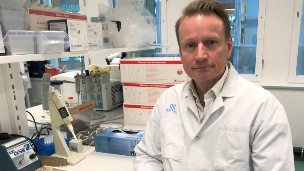 Forskare Matti Sällberg vid ett skrivbord.