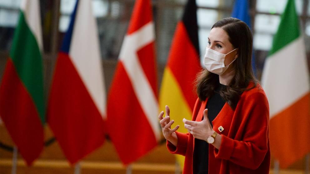 Finlands statsminister Sanna Marin lämnar EU-toppmötet.