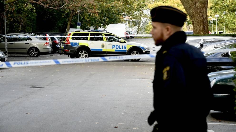 polis framför avspärrad parkeringsplats i Rosengård