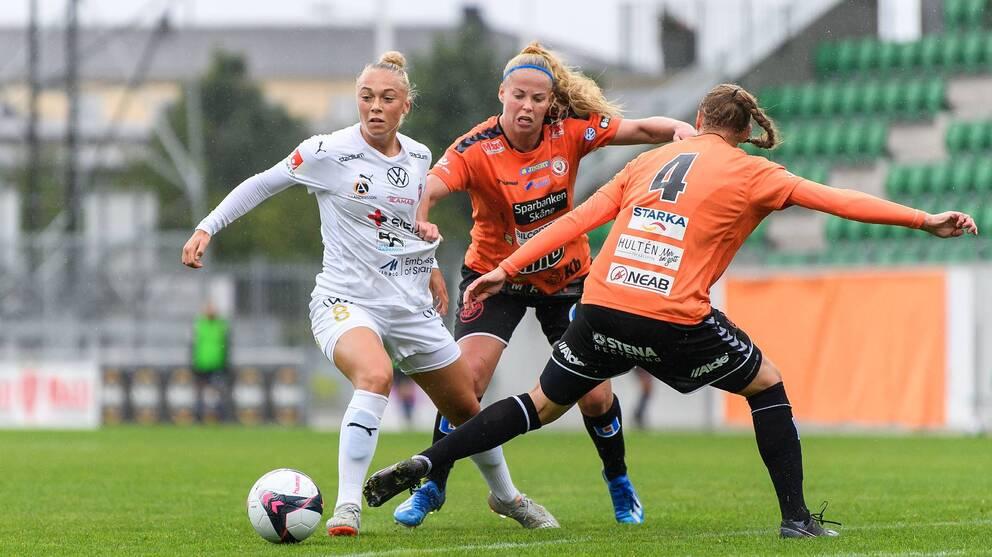 Rosengårds Hanna Bennison i närkamp med Therese Åsland. Nummer 4 är Kristianstads Therese Ivarsson.