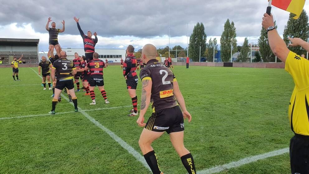 Bild från första SM-finalen i Rugby 2020, Troján med rödsvarta tröjor, Stockholm Exiles i svarta