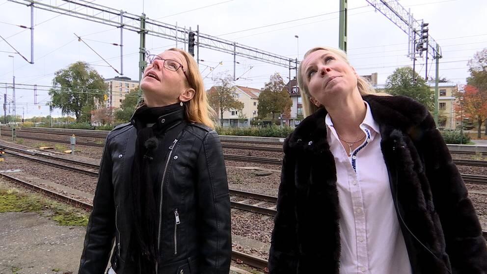 Lena Lindgren kultur- och fritidsstrateg i Mjölby och Kristin Kellander (L), ordf kultur- och fritidsnämnden i samma kommun tittar på den nya stora väggmålningen av Judith de Leeuw från Nederländerna.