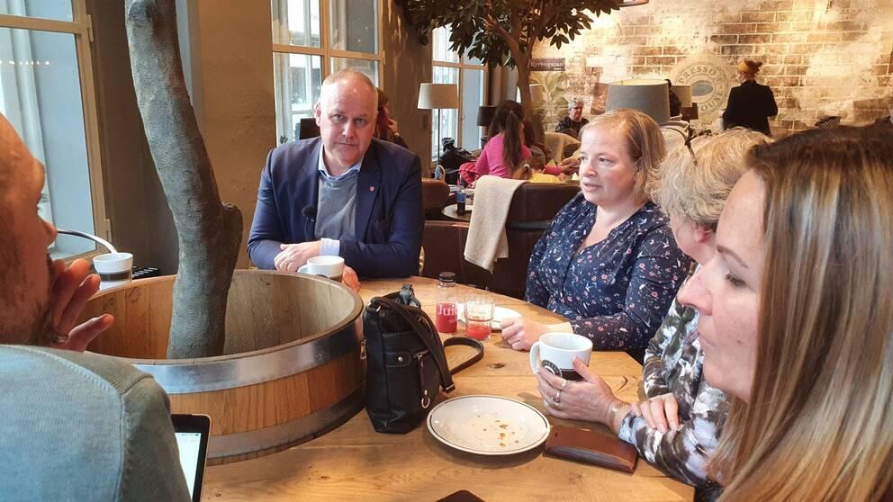 Jonas Sjöstedt (V) träffar undersköterskor i Norrköping