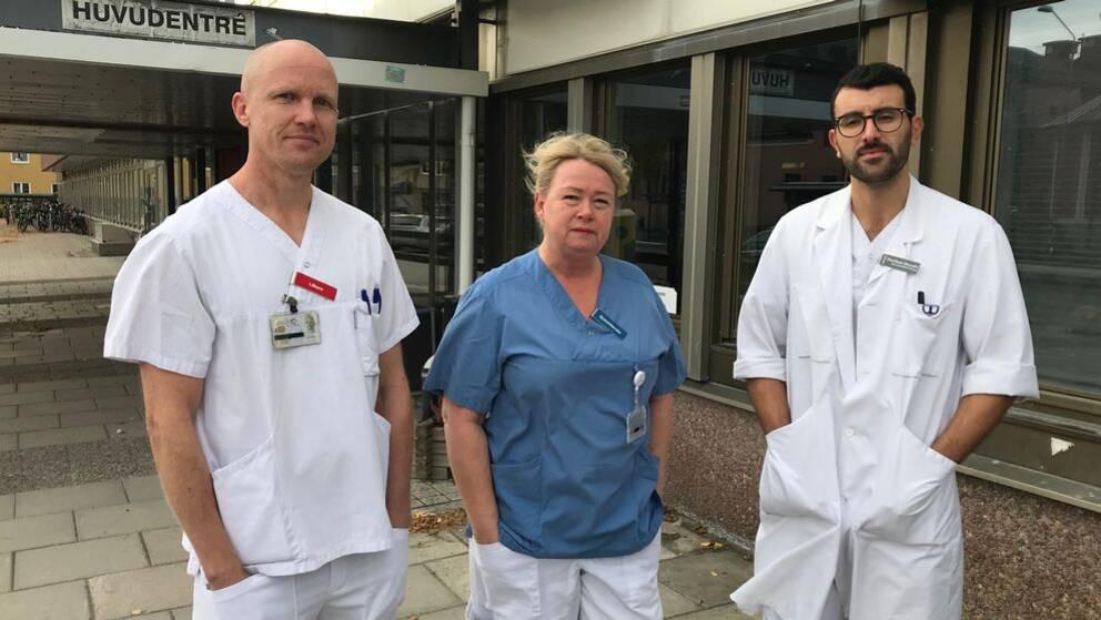 Bild på tre sjukhusklädda personer. Från vänster Oskar Karlsson, läkare, Maria Möller, sjuksköterska och Haytham Bayadsi, läkare