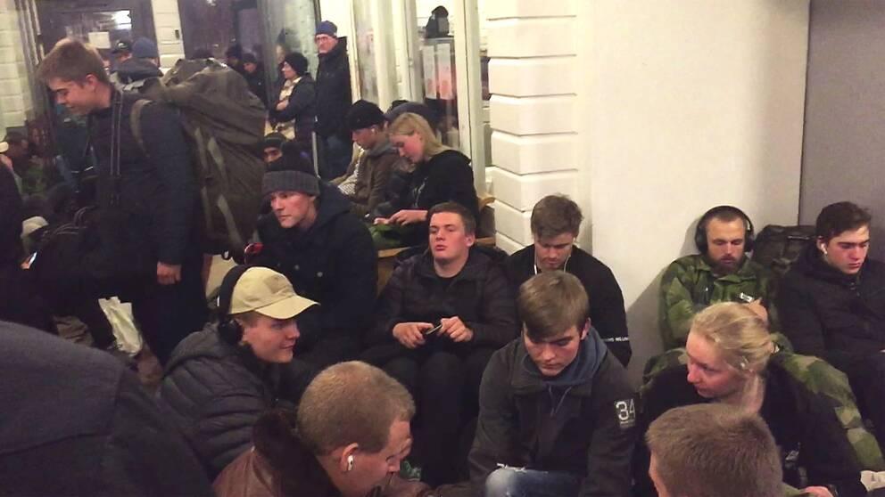 Människor trängs i en väntsal i Boden.