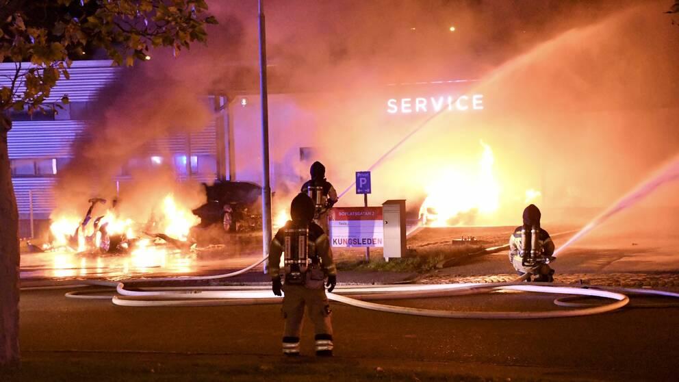 Flera bilar utanför Teslas lokaler i Malmö brann natten mot tisdag.