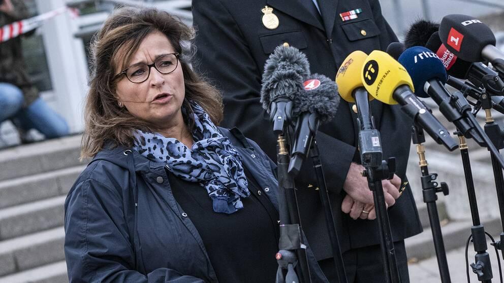 Fängelsechefen Hanne Høegh Rasmussen på presskonferens.