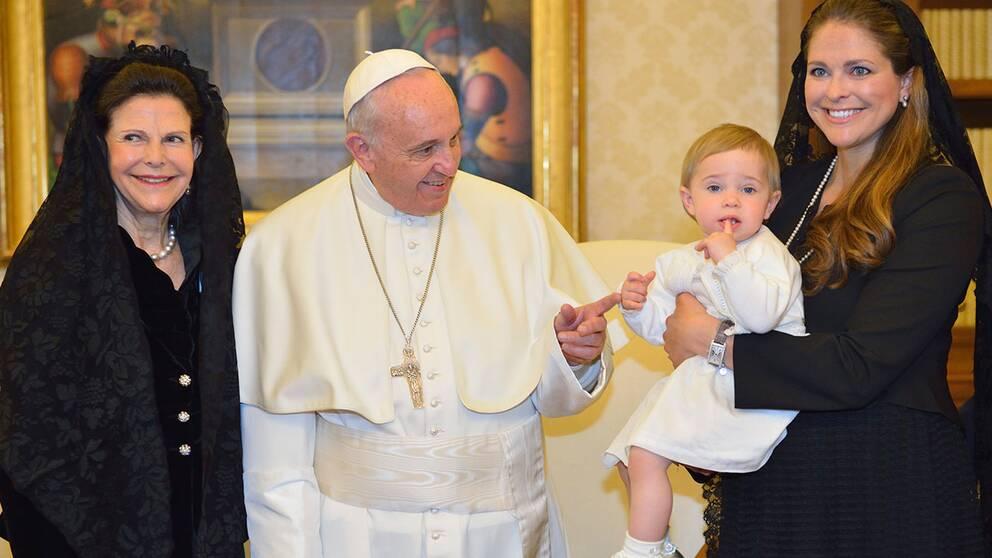 Drottning Silvia och prinsessan Leonore på audiens hos påven Franciskus under i Vatikanen i Rom.