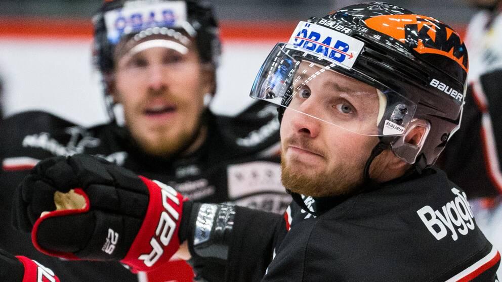 Örebros Robin Kovacs jublar efter 3-2 målet under ishockeymatchen i SHL mellan Örebro och Växjö den 24 oktober 2020 i Örebro.