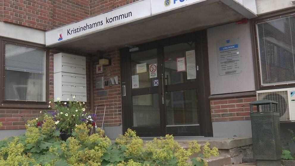 En bild utanför Kristinehamns kommunhus med en skylt som visar texten Kristinehamns kommun.