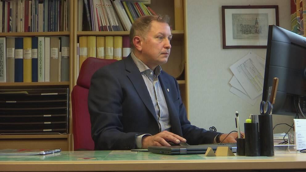 Richard Bjöörn vid sin arbetsplats i Hagfors kommunhus.