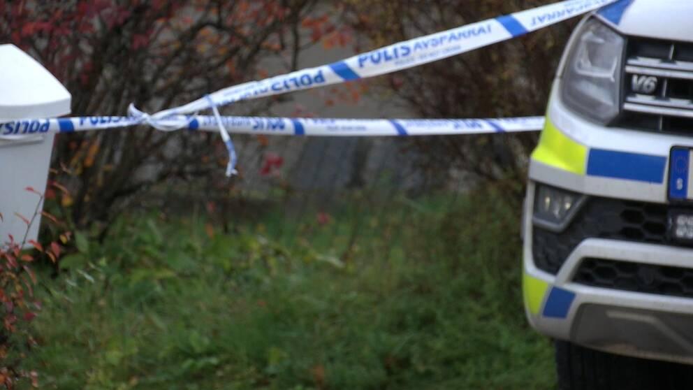 Polisen har spärrat av ett område utanför den skjutne mannens hem i Grums.