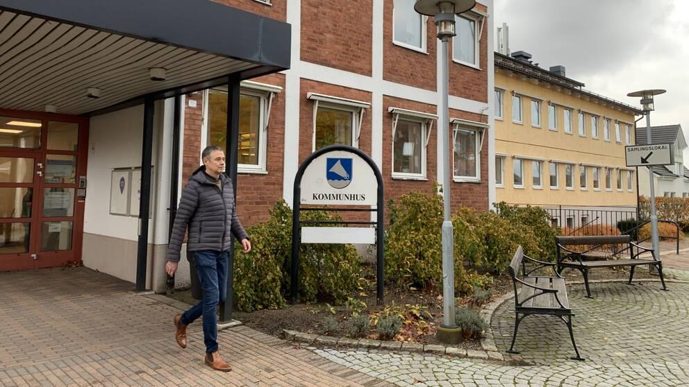 Stefan Christensson kommunchef går ut från kommunhuset i Örkelljunga
