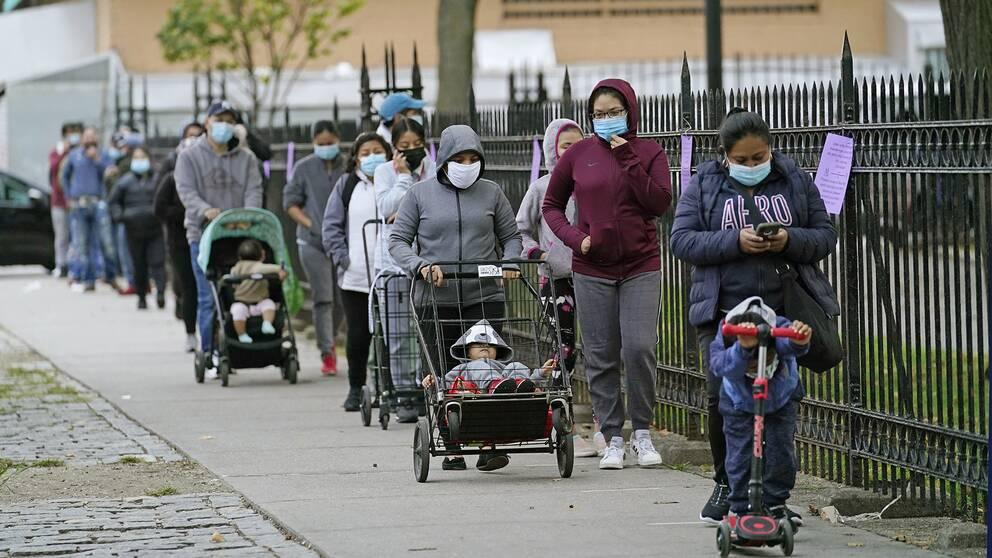Boende i Queens, New York, köar för att få gratis mat. Efter vårens våldsamheter är det ekonomin som står i fokus. Samtidigt har pandemin fått allt fler amerikaner att beväpna sig.