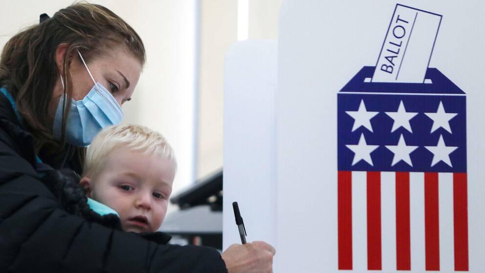 En kvinna förtidsröstar i Iowa