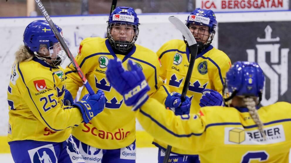 Damkronorna jublar efter ett mål mot Danmark.