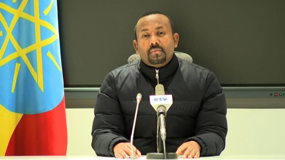 Abiy Ahmed sitter vid ett bord i en tv-sändning i etiopisk statstelevision.