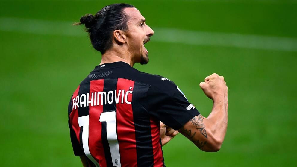 Zlatan jublar efter ett av sina många mål i Milan-tröjan.