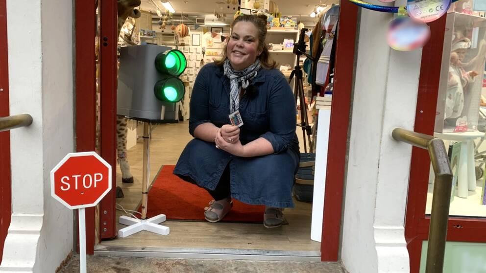 Sofie Anderbergs trafikljus står placerat i ingången till hennes leksaksbutik. Den är gjord av en avfallshink, två delar till stuprör, ett kortstativ, ett ställ för fingerdockor och två lampor som kan byta färg med hjälp av en fjärrkontroll.