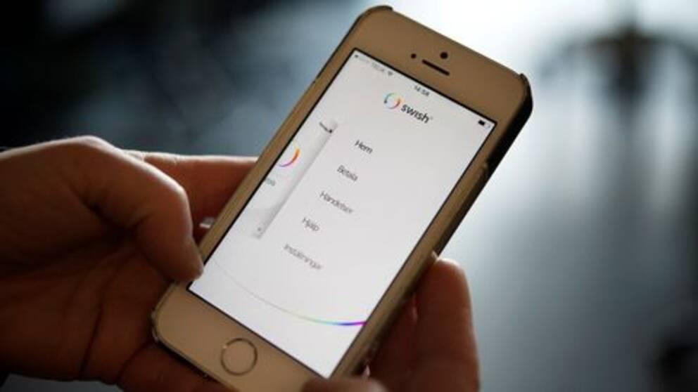 En mobiltelefon med appen Swish uppe.
