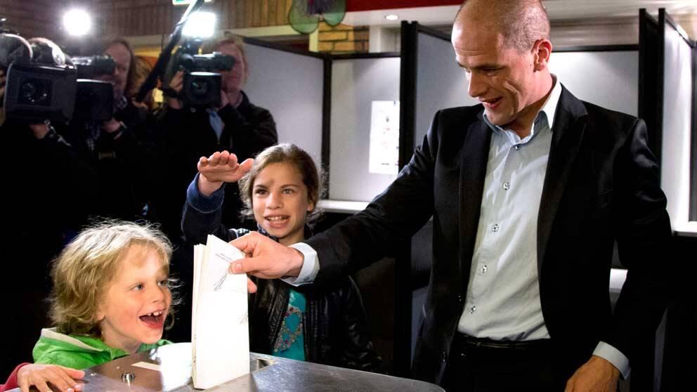Den socialdemokratiska ledaren Diederik Samson lägger sin röst flankerad av son och dotter.