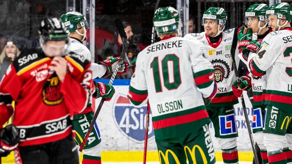 Frölundas Robin Alvarez (2a fh) jublar med #51 Roselli Olsen, #34 Theodor Lennström och #10 Jens Olsson efter sitt 0-2-mål under tisdagens ishockeymatch i SHL mellan Luleå HF och Frölunda HC i Coop Norrbotten Arena