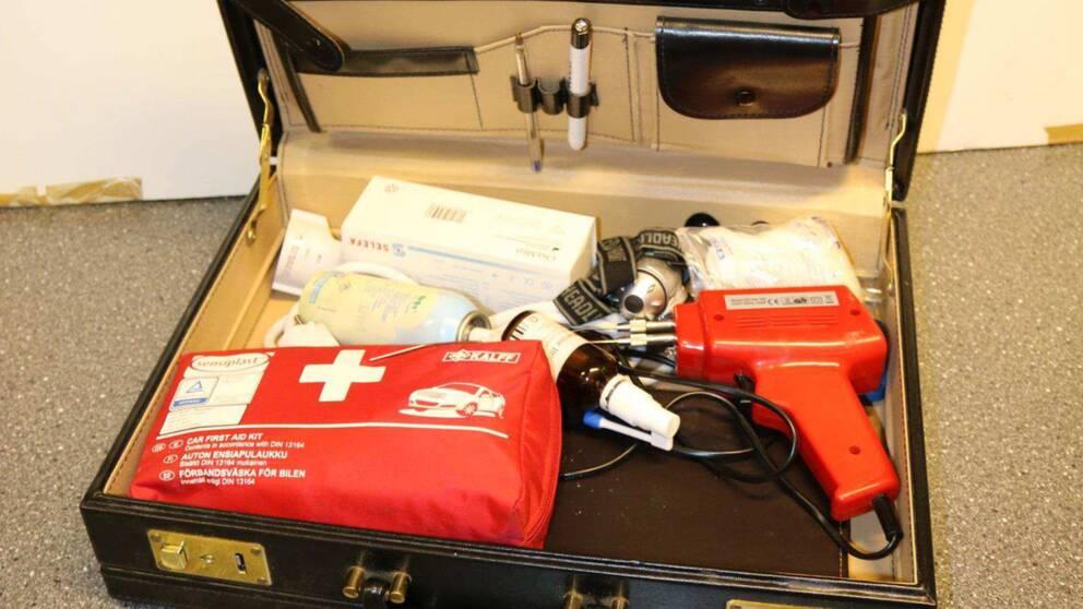 Bild på väska med lödpistol som ska ha använts vid omskärelserna.