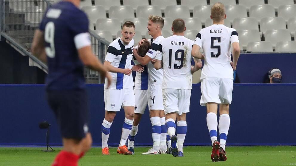 Finlands Marcus Forss jublar efter att ha gjort 1-0 mot Frankrike i den historiska segern.
