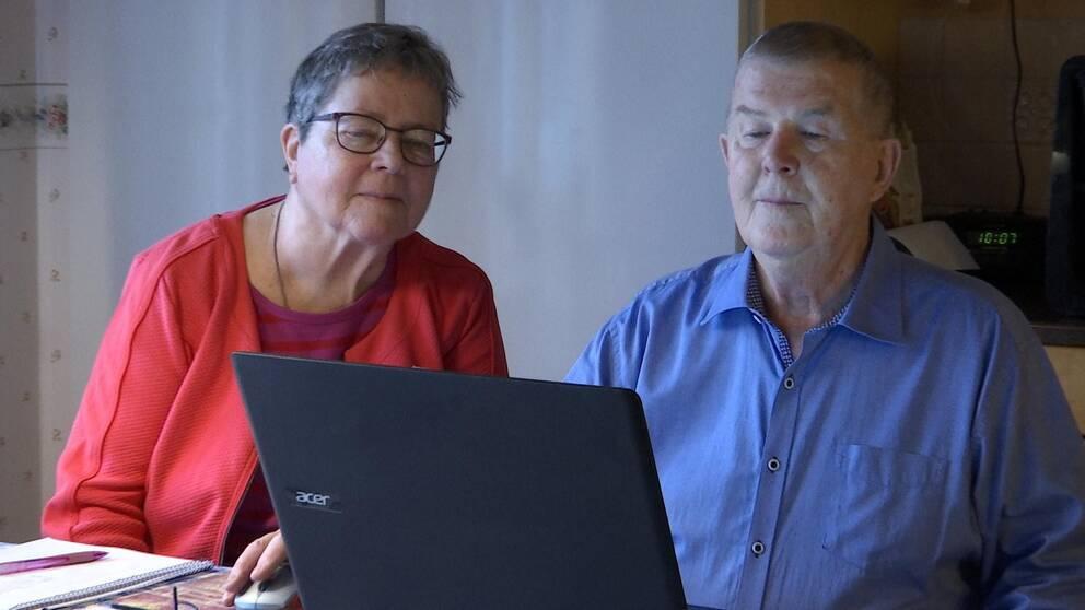 Alice och Arne Tudén handlar mat via nätet för att undvika trängsel och risk för corona.