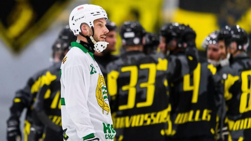 Hammarbys Fredrik Larsson deppar efter 0-5 under bandymatchen mot AIK.