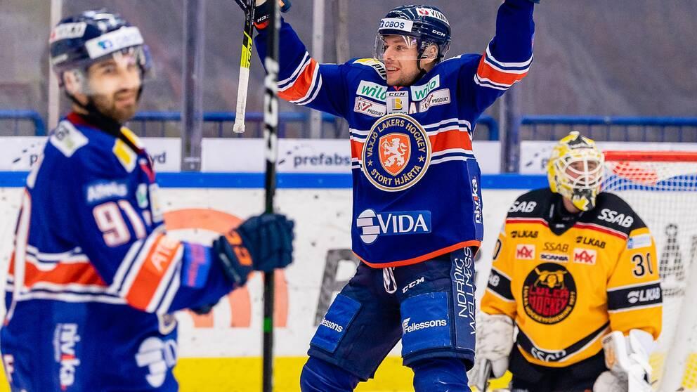 Växjös Robert Rosén jublar efter sitt 2-1 mål under ishockeymatchen i SHL mellan Växjö och Luleå den 14 november 2020 i Växjö.