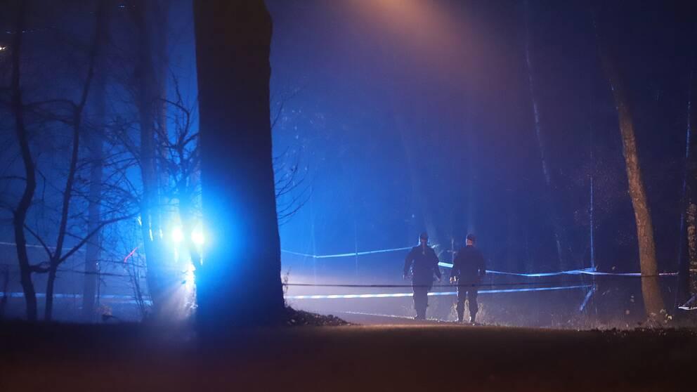 En död person har hittats utomhus i Skärsätra i södra Stockholm.