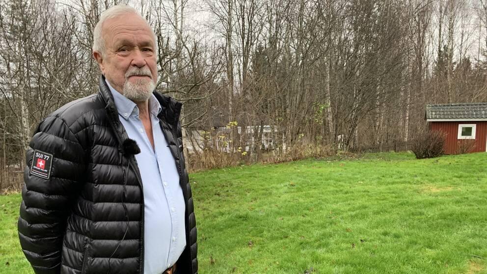 Christer Hellman står på en gräsmatta i sin trädgård.