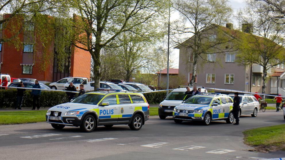 En kvinna knivskars utanför kommunhuset i Tidaholm.