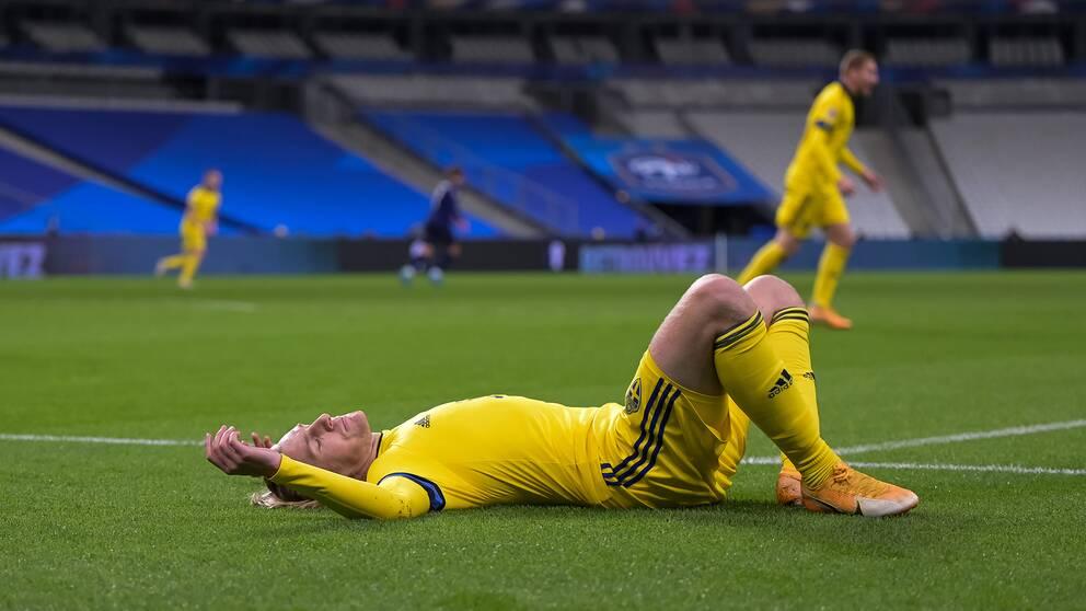 Emil Forsberg deppar när Sverige åkt ut ur Nations Leagues a-division.