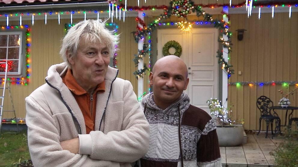 Lars Lerin och Junior utanför en julpyntad villa.