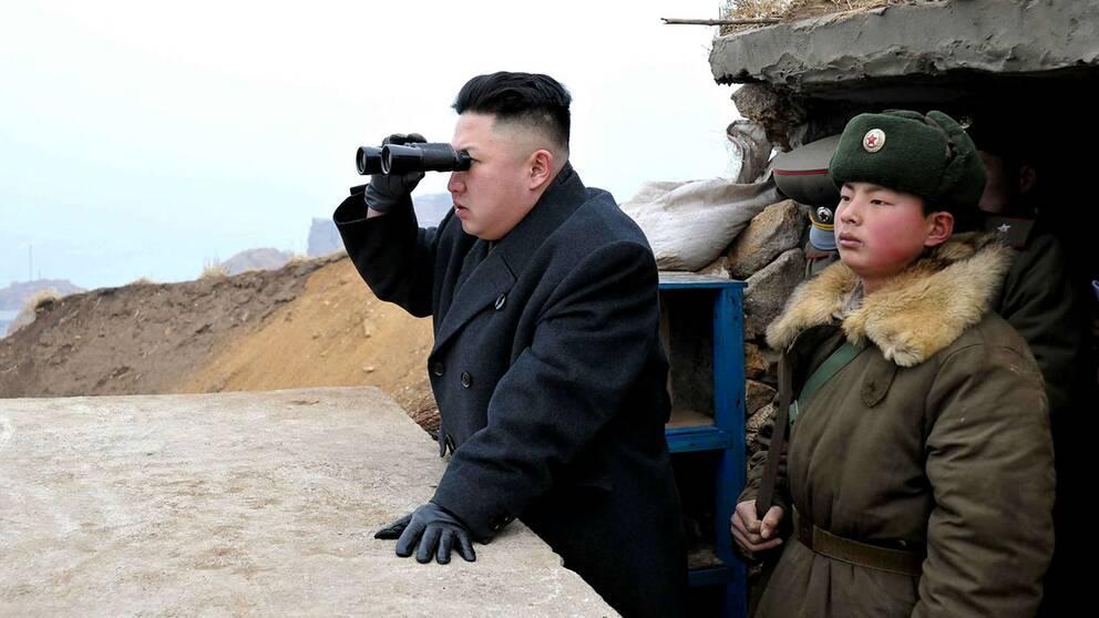 """Nordkoreas ledare Kim Jong Un följde provskjutningen av den nya roboten och prisade """"den mirakulösa framgången""""."""