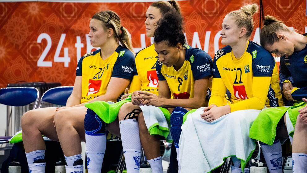 Svenska spelare deppar under VM förra året. Från vänster: Isabelle Gulldén, Mikaela Mässing, Jamina Roberts och Hanna Blomstrand.