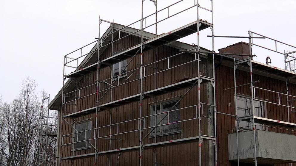 Gaveln på skandalhuset i Härnösand. Nu med byggställning runt om.