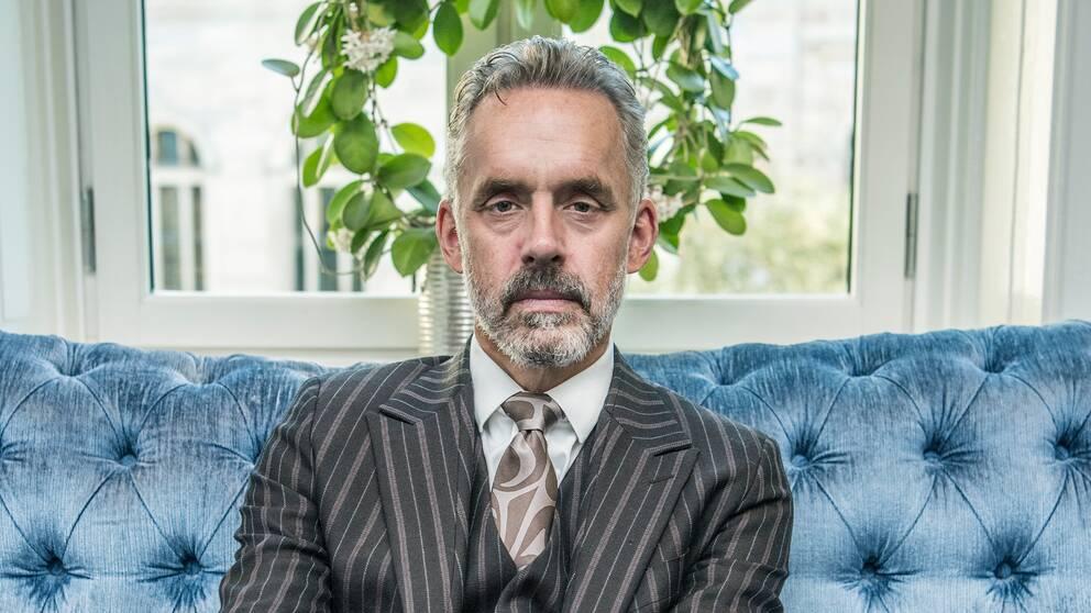 Den kanadensiske psykologiprofessorn Jordan B Peterson sitter i en soffa.