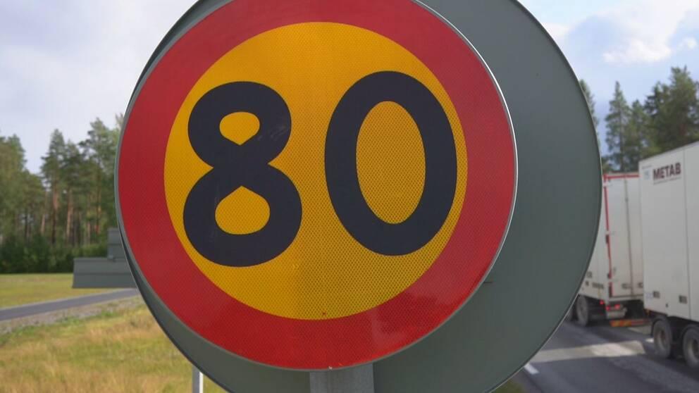bild på en hastighetsskylt med siffrorna 80 på.