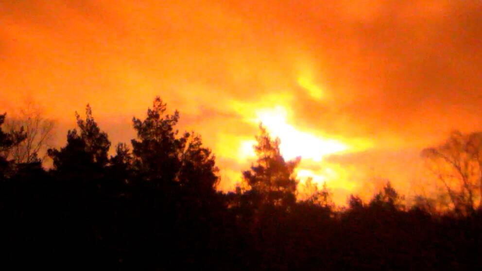 Starta klippet för att se hur himlen i delar av Norge lystes upp av det kraftiga ljusfenomen som uppstod till följd av bolidens nedslag