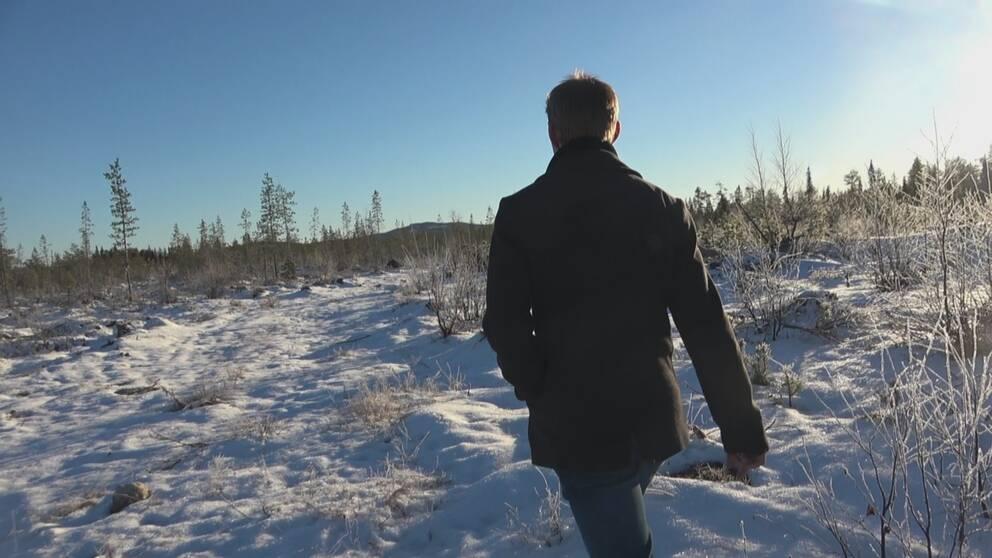 Snöigt fält i Vaikijaur. Christian Rimpis ryggtavla.