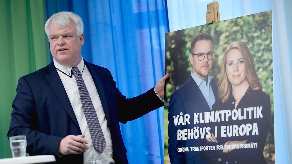 Centerpartiets partisekreterare Michael Arthursson vid en valaffisch med Fredrick Federley och partiledaren Annie Lööf.