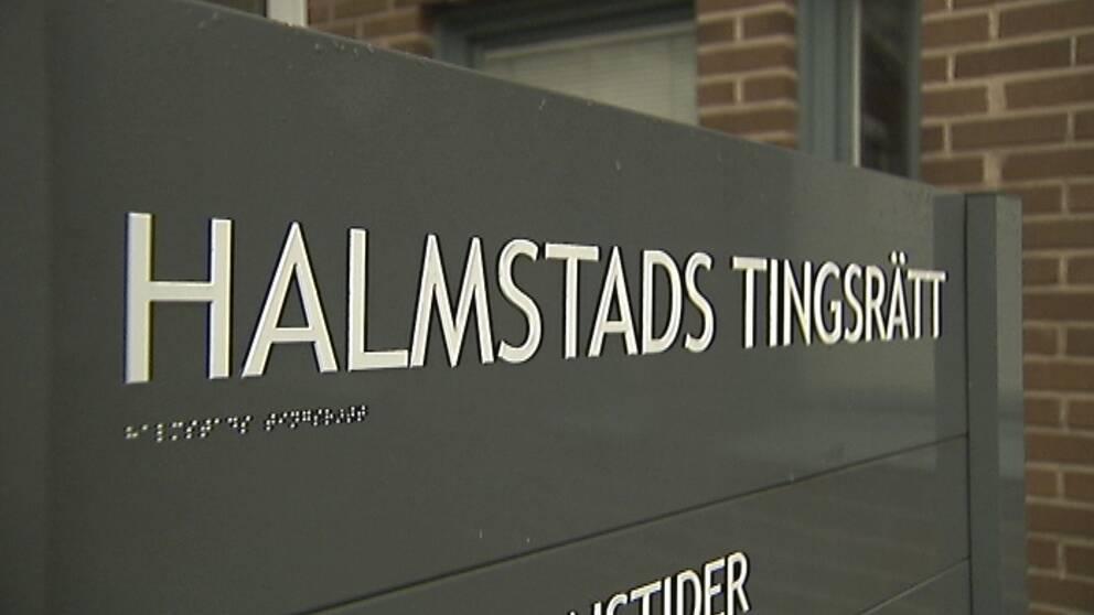 Bild på en skylt med texten Halmstad tingsrätt.