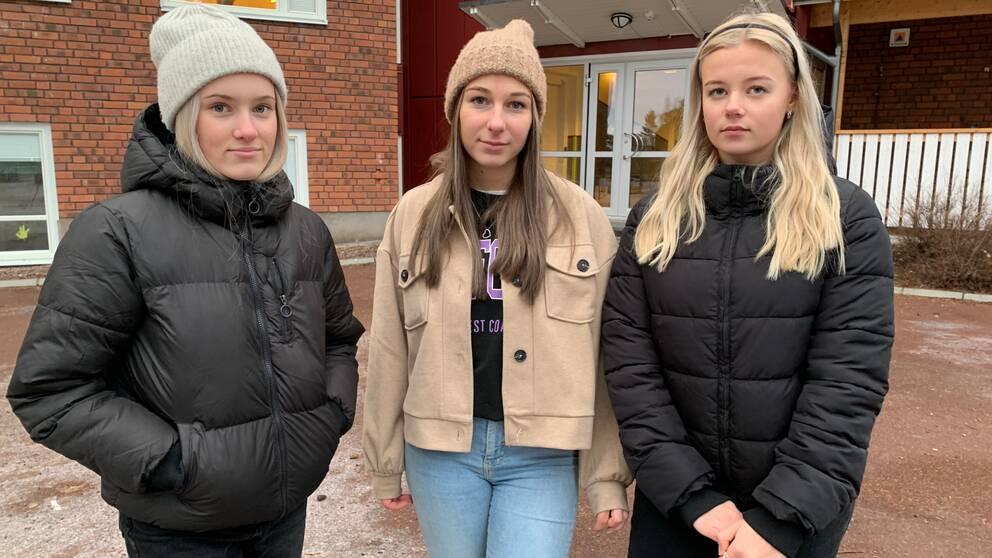 tre tjejer två med mössa en med diadem – rättvik