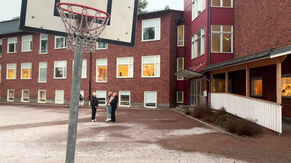basket och tjejer på en skolgård